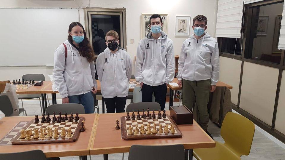 עם חבריי מועדון שחמט קריית ים המתחרים בליגת העל, טל זוסמן, ישראל מישקובסקי ויובל פרדיז (צילום: עיריית קרית ים)
