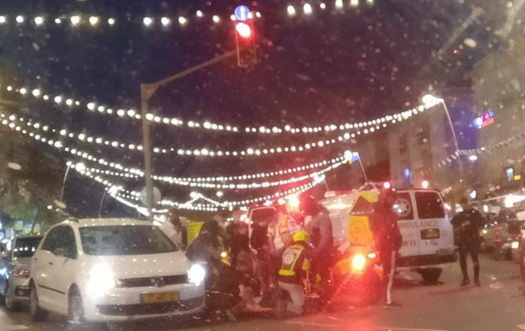 תאונה בין רכב לקטנוע במרכז הכרמל (צילום: תום קמעו)