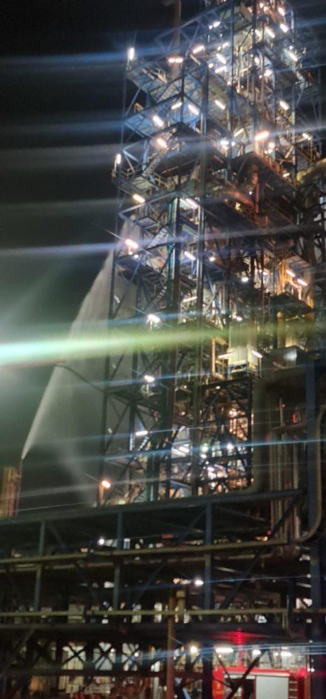 """שרפה בשתי ארובות מימן במתחם בז""""ן בחיפה (צילום: כבאות והצלה)"""