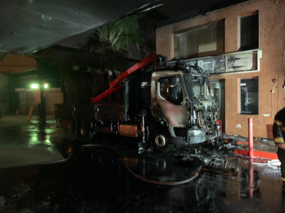 שריפת משאית במתחם תחנת דלק בשדרות ההסתדרות בחיפה (צילום: כבאות והצלה)