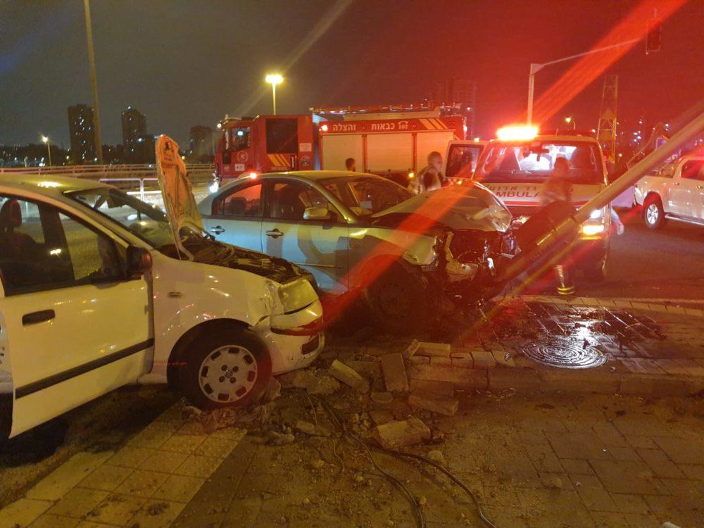 חילוץ לכודים בתאונת דרכים (צילום: כבאות והצלה)