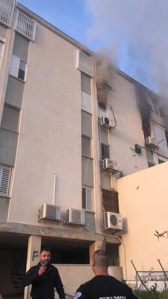 שריפת דירה בקומה השלישית במבנה מגורים בקריית ים (צילום: כבאות והצלה)