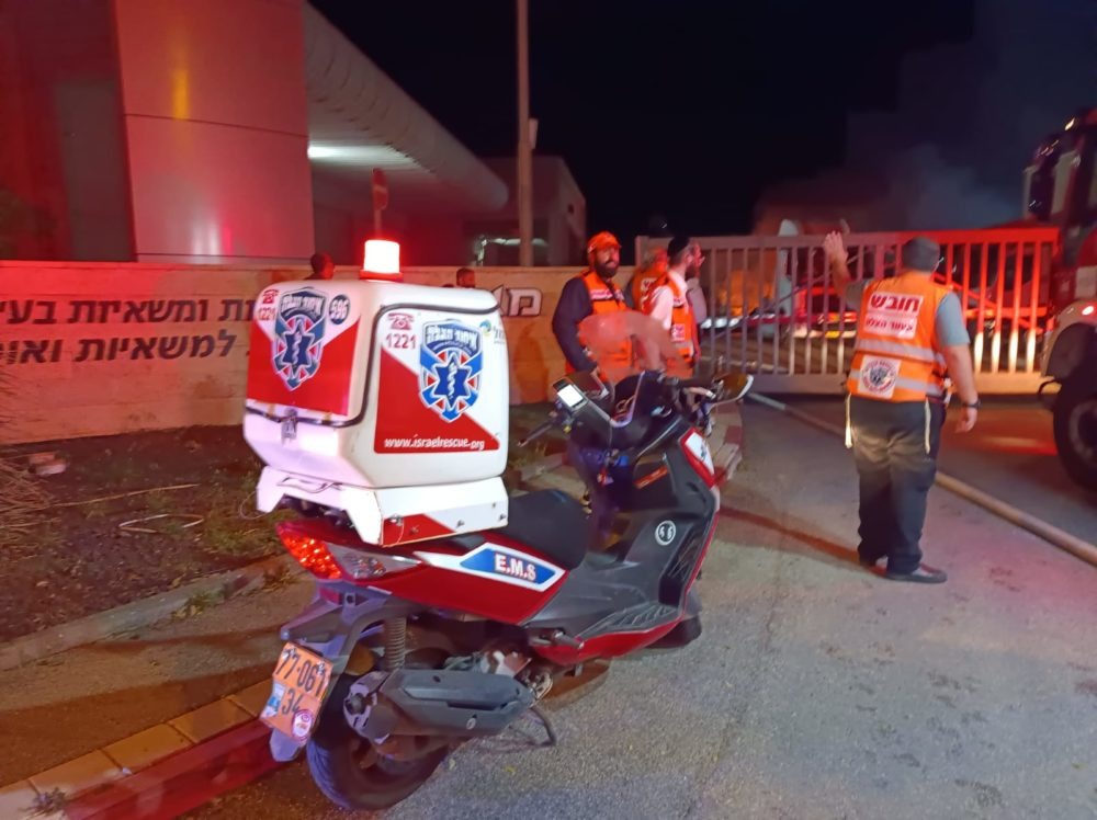 שרפת ענק במוסך משאיות בצ'ק פוסט בחיפה (צילום: איחוד הצלה)