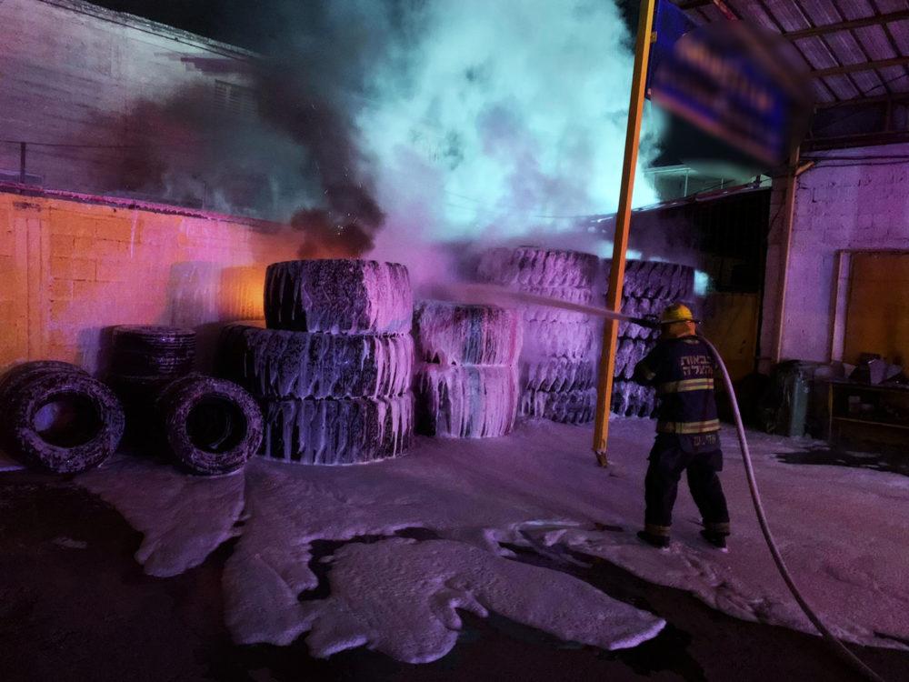 שרפה במתחם של חברה לאספקת צמיגים ברחוב השיש בחיפה (צילום: כבאות והצלה)
