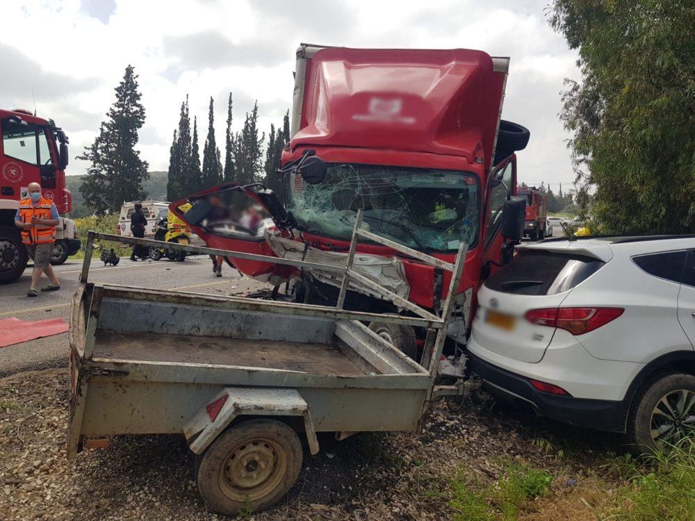 תאונה עם משאית בכביש 4 (צילום: איחוד הצלה)