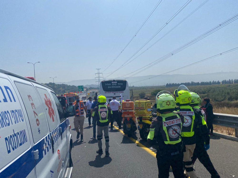 תאונת בין אוטובוס למשאית (צילום: איחוד הצלה)