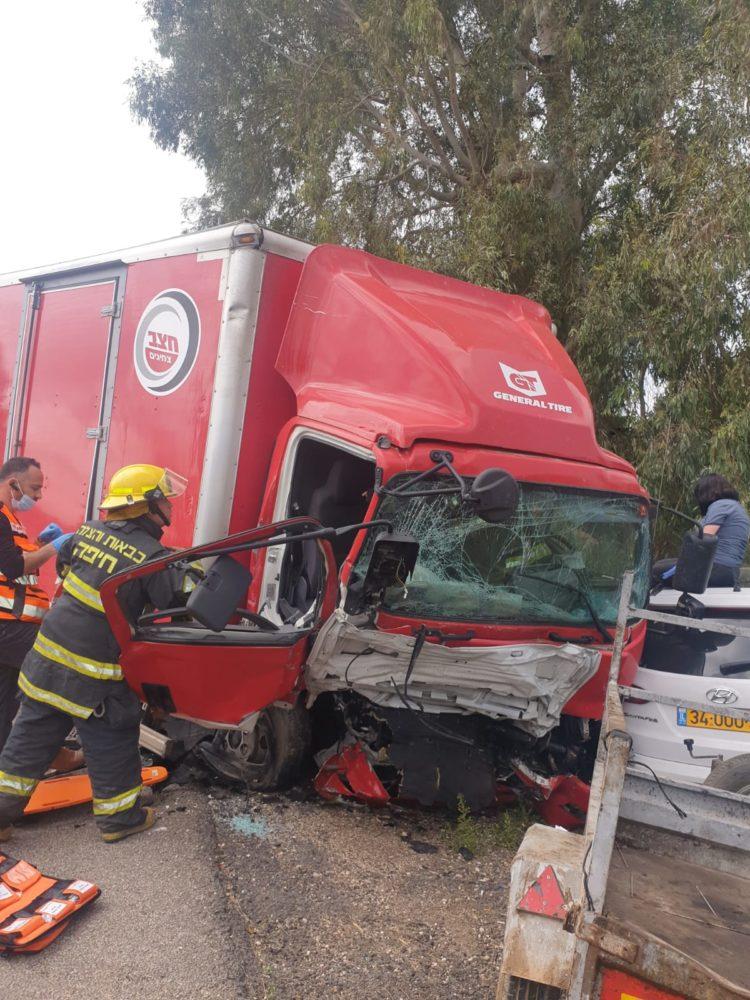 תאונה עם משאית בכביש 4 (צילום: כבאות והצלה)