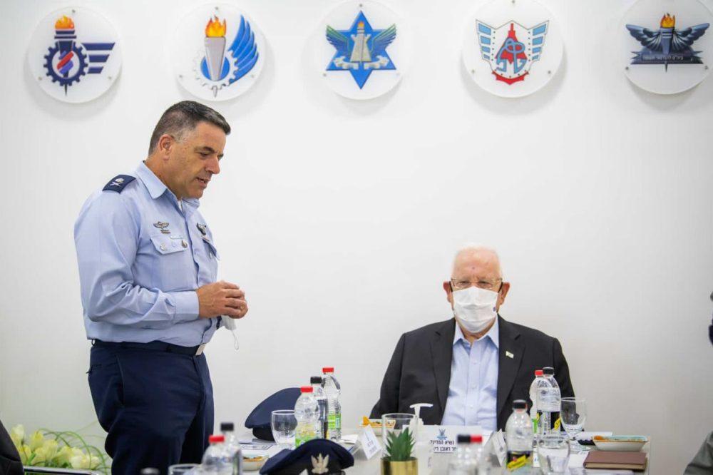 הנשיא ריבלין בביקור בבסיס הטכני בחיפה (צילום: תקשורת חיל האוויר)