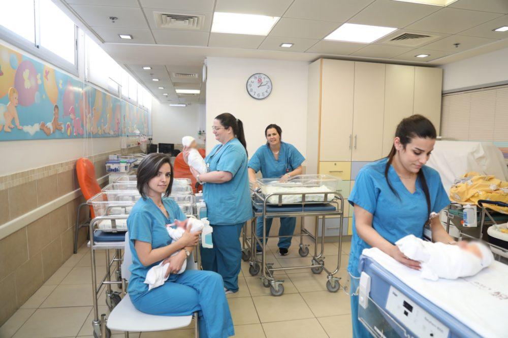 """יחידת הילודים (תינוקייה) ברמב""""ם (צילום: הקריה הרפואית רמב""""ם)"""