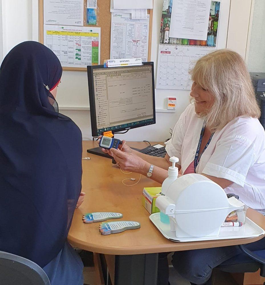 אורית ויזינגר מדריכה מטופלת בסוכרת סוכרת סוג 1 ביחידה החדשה שהיא מפעילה בכללית (צילום: דוברות כללית)