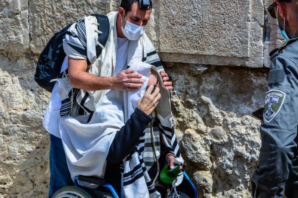 יוסף עם האח יובל פונימונסקי, בכותל - מגשים חלום (צילום: דוברות כללית)