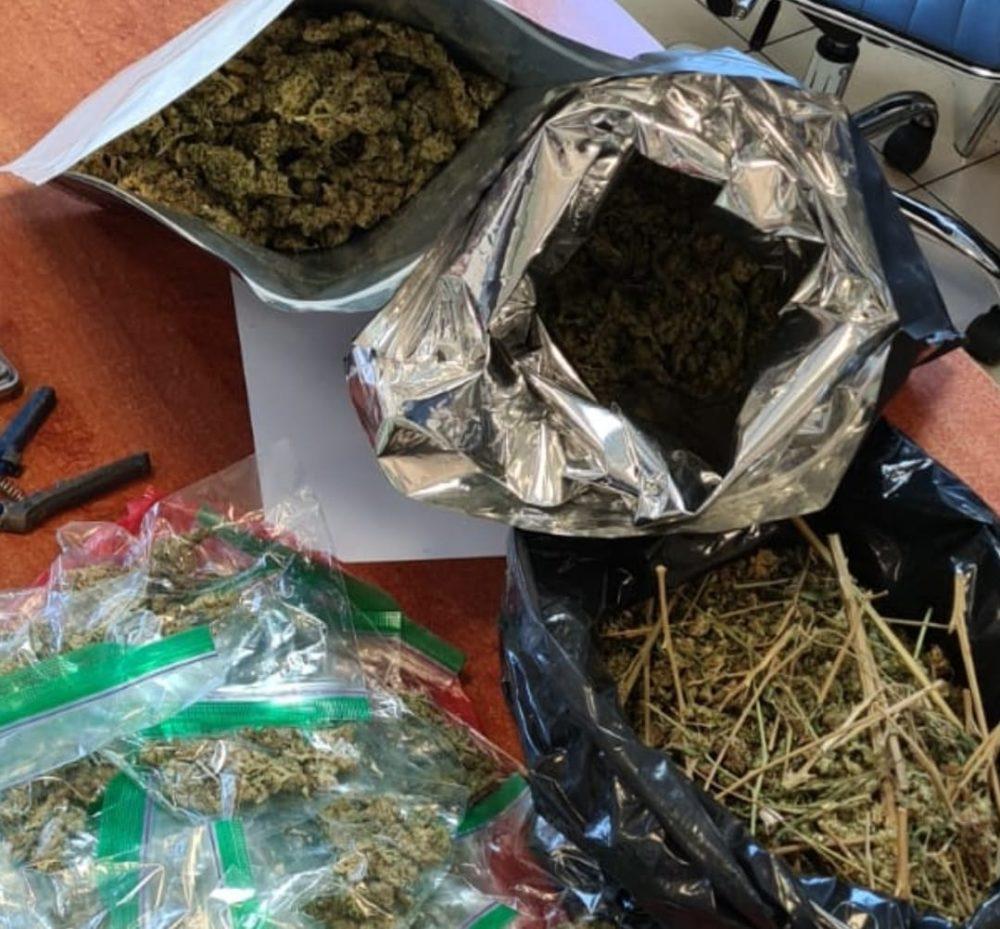 החומרים החשודים כסמים מסוכנים שנתפסו (צילום: דוברות המשטרה)