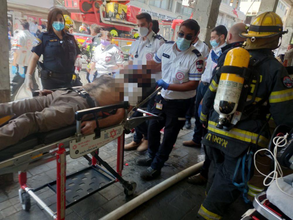 חילוץ לכודים רבים ופצועים בשרפה (צילום: כבאות והצלה)