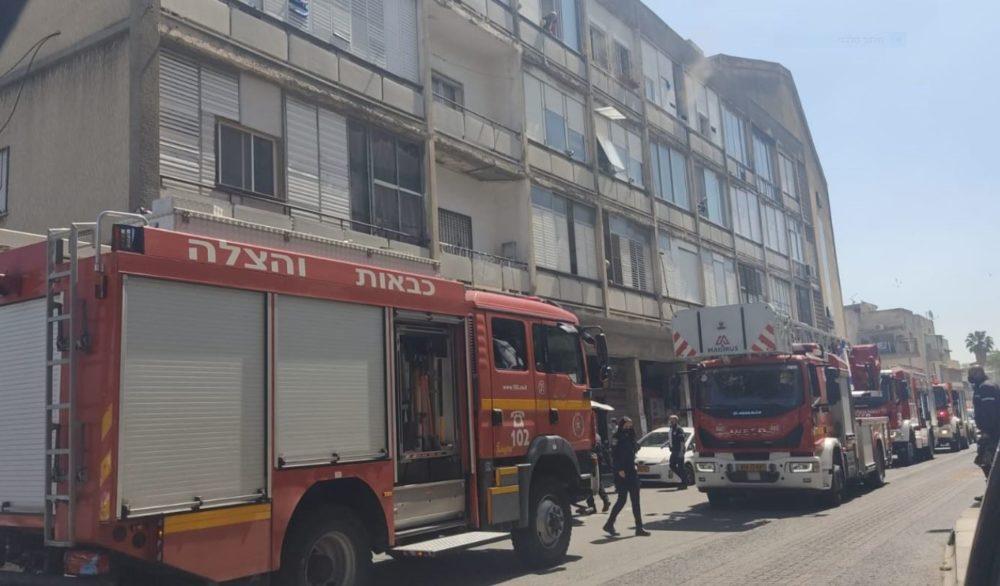 חילוץ לכודים בשרפה ברחוב החלוץ (צילום: בל אברהם)