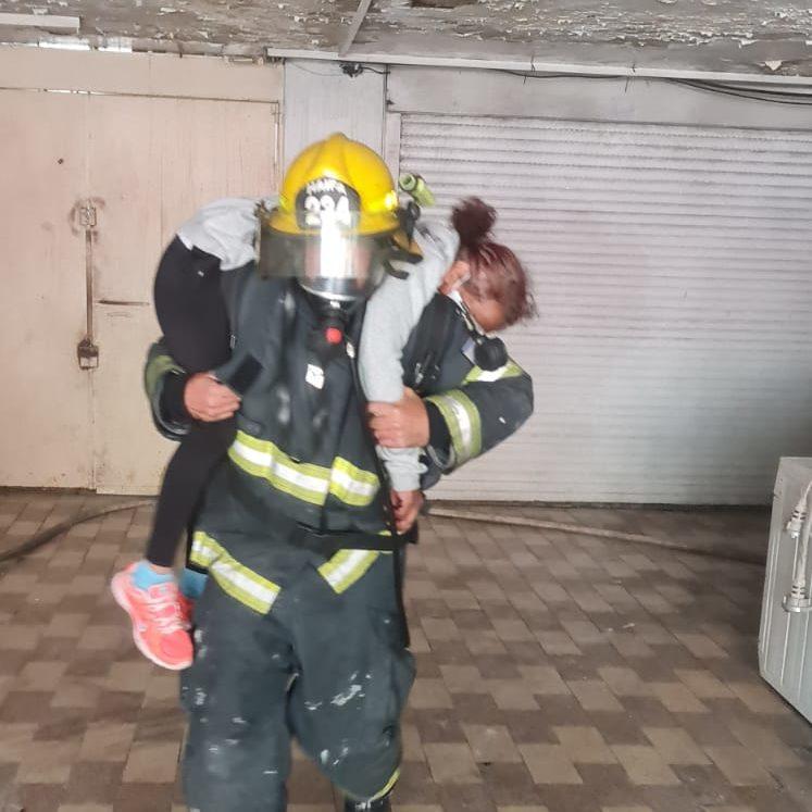 חילוץ אישה מהבניין הבוער (צילום: כבאות והצלה)