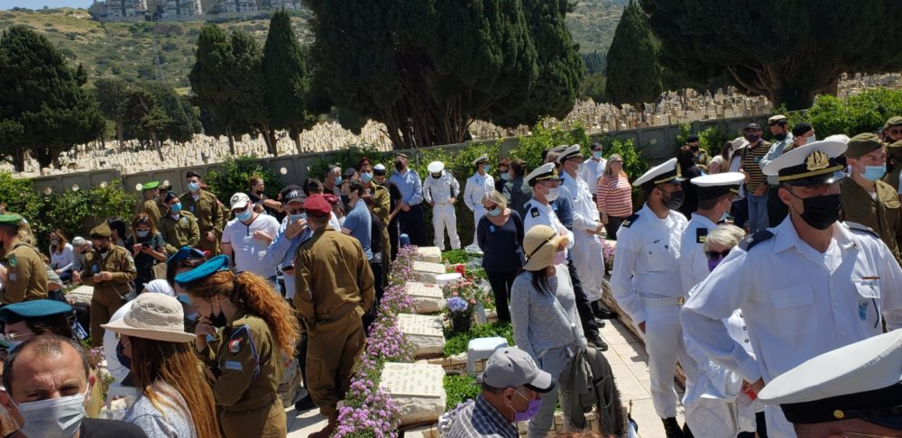 בית העלמין הצבאי • יום הזיכרון לחללי מערכות ישראל (חי פה בשטח)