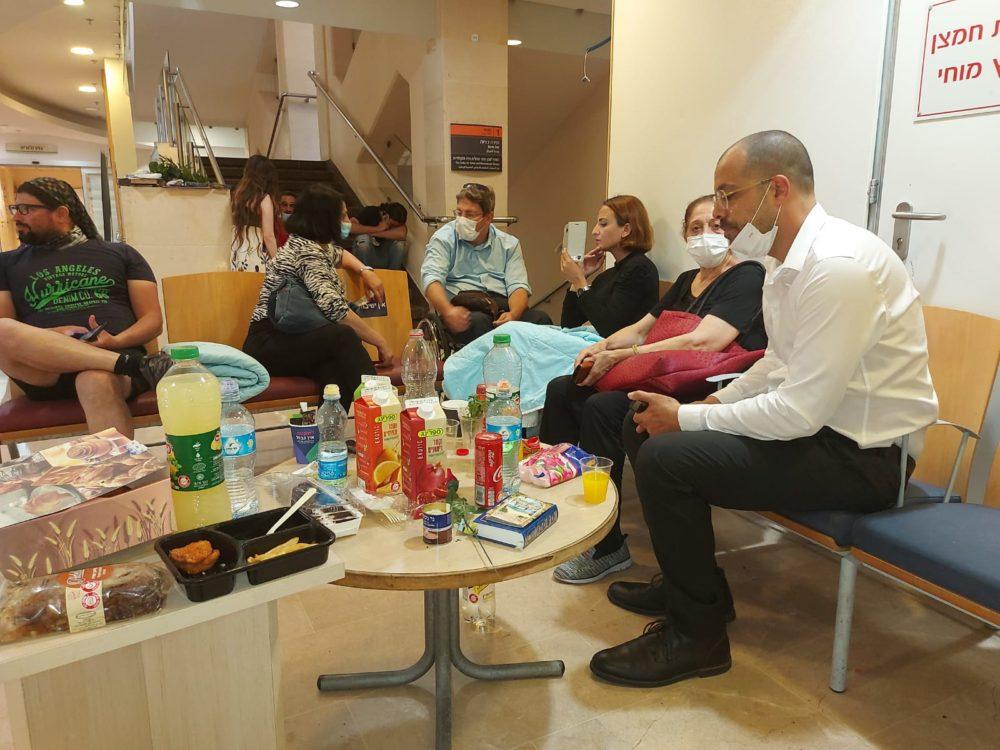 """איתי אלימלך, יו""""ר מחוז חיפה והצפון בארגון נכי צה""""ל בביקור בבית חולים לאחר הצתו של איציק סעידיאן (צילום: ארגון נכי צה""""ל)"""