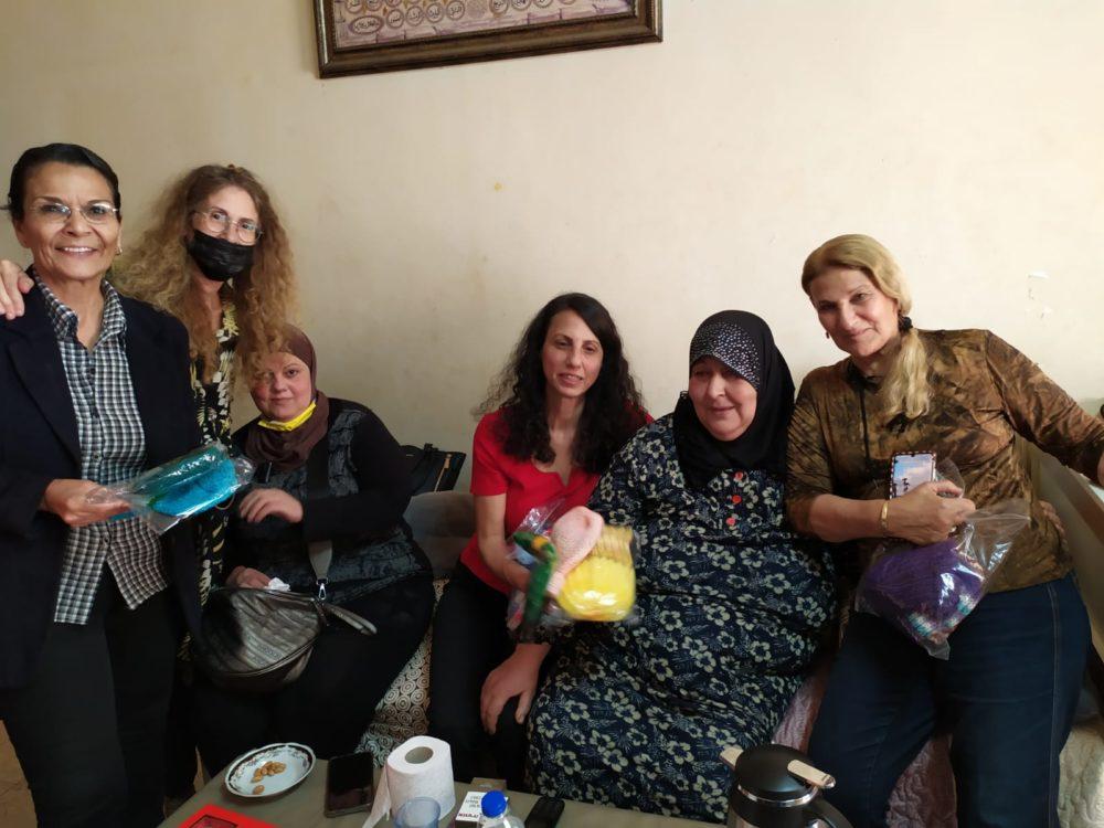 """נציגות של עמותת """"עוצמה"""" משפחת ענבתאוי בביקור ניחומים (צילום: עמותת עוצמה)"""