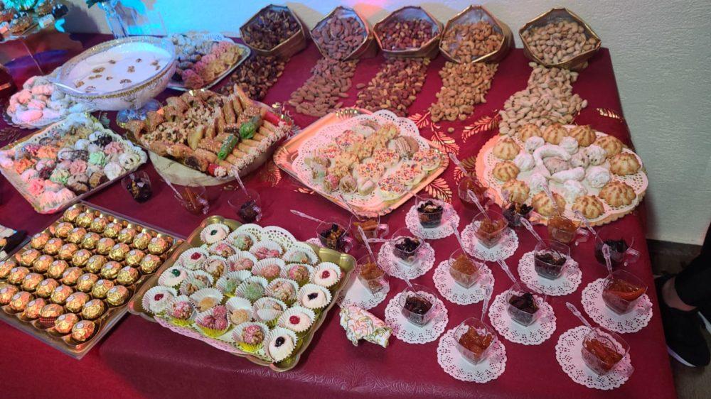 שולחן עמוס בממתקים מסורתיים - מימונה בית משפחת אבסעיד טירת כרמל.