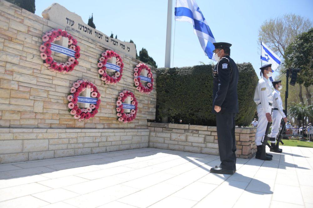 יום הזיכרון בבית העלמין הצבאי בחיפה (צילום: דוברות המשטרה)