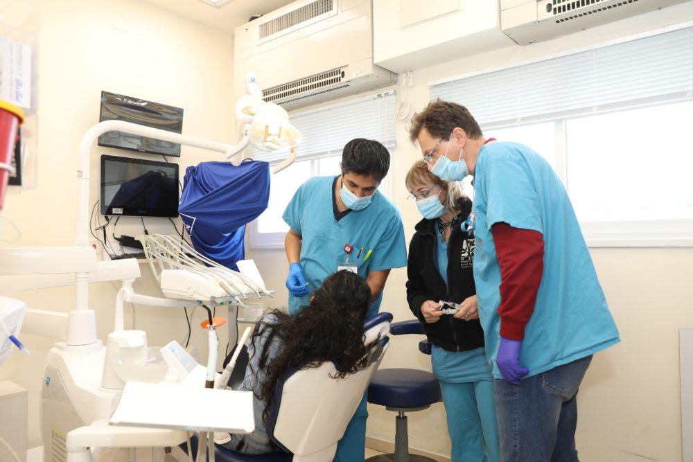 """אחת ממטופלות הפרויקט במהלך הטיפול ברמב""""ם (צילום: הקריה הרפואית רמב""""ם)"""
