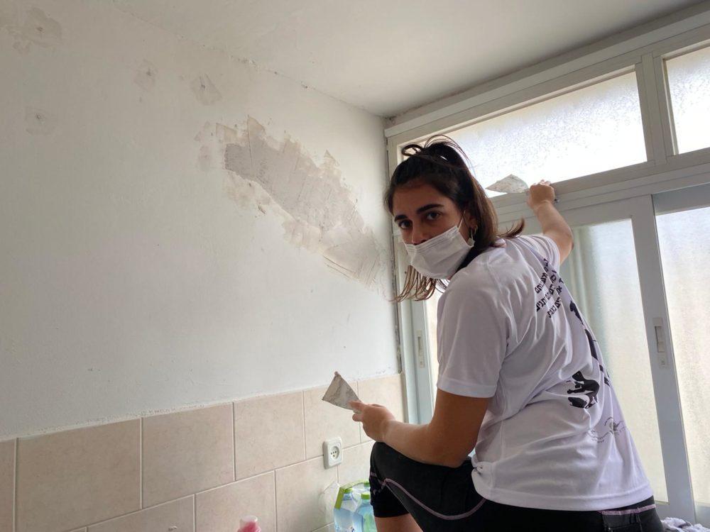 המתנדבת שקד תורג'מן בשיפוץ דירת קשיש בקרית ים (צילום: מועצת הנוער העירונית קרית ים)
