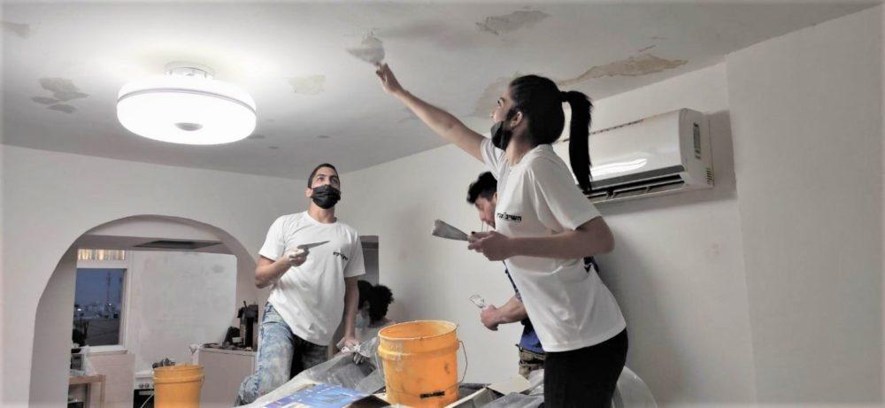 המתנדבים במועצת הנוער העירונית בקרית ים בשיפוץ דירה (צילום: מועצת הנוער העירונית)