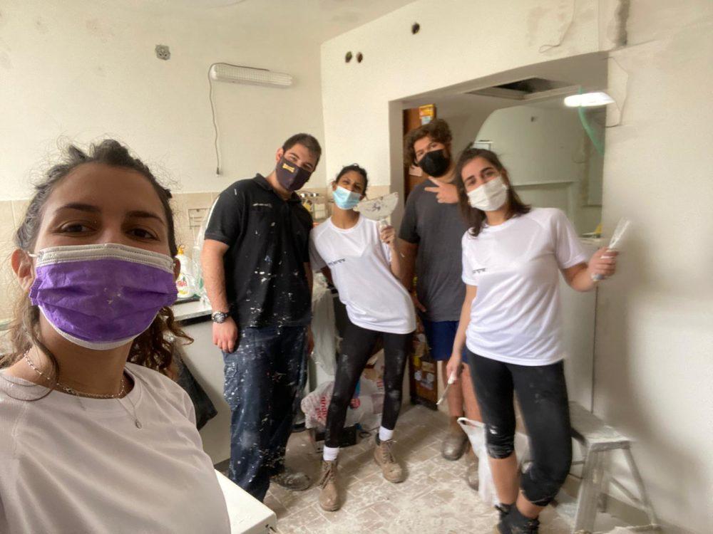 מתנדבים ממועצת הנוער העירונית בקרית בשיפוץ בית (צילום: מועצת הנוער העירונית)