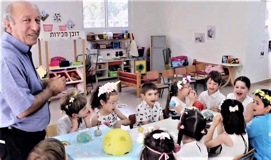 יוסי צליח עם 'שיטת גליה' בגני 'הוד הכרמל' בחיפה (צילום מסך מהסרט של חברת ההפקה הסינית - ox3)