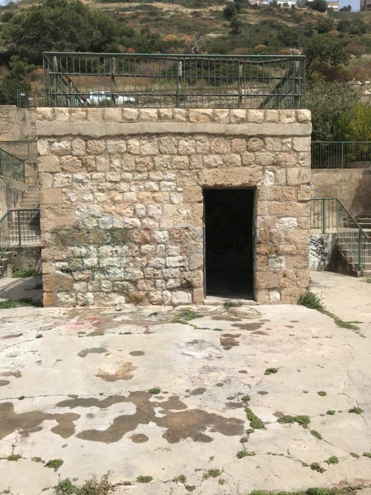 ניקוי הגרפיטי מבית הגנן בבוסתן כיאט על ידי המועצה לשימור אתרי מורשת בישראל (צילום: עדי ליבנה)