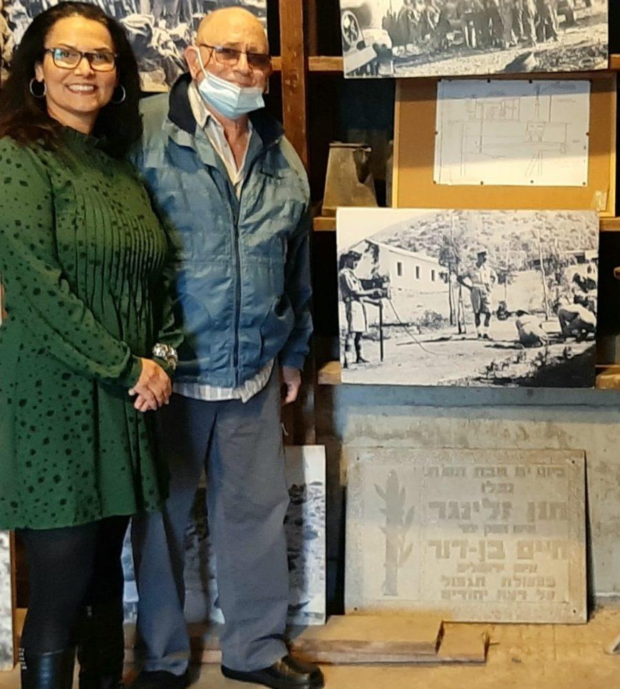 אליס גולדמן ואמנון מאירי במסירת לוח ההנצחה ביגור (צילום: אלבום פרטי)