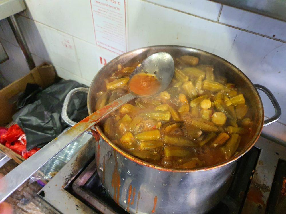 בישולים לארוחת האיפטאר הקהילתית בואדי ניסנאס (צילום: המרכז הקהילתי אחווה)