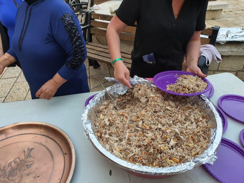 אורז שהכינו תושבות שכונת ואדי ניסנאס לארוחת האיפטאר (צילום: המרכז הקהילתי אחווה)