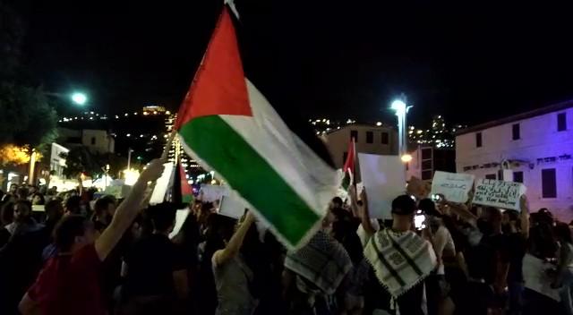 הפגנה רועשת ודגלי פלסטין במושבה הגרמנית בחיפה - הזדהות עם תושבי שיח' ג'ראח במזרח י-ם (צילום: עומר מוזר)