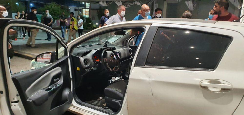 """צעיר הותקף ברכבו ברחוב אלנבי בחיפה - הצילום בעת הגעתו למיון ברמב""""ם (צילום: דוברות רמב""""ם)"""