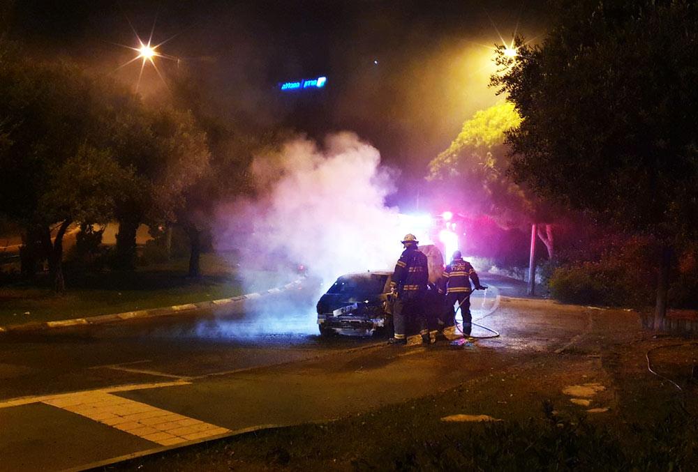 רכב עלה באש בדרך צרפת בסמוך לבית הלוחם (צילום: חי פה)