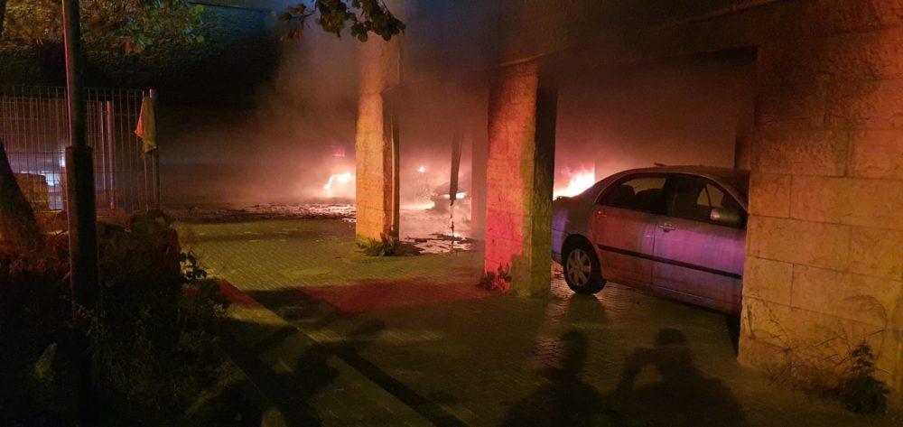 """חניון בער בחיפה כ-60 נפגעים משאיפת עשן   הצתה (צילום: מד""""א)"""