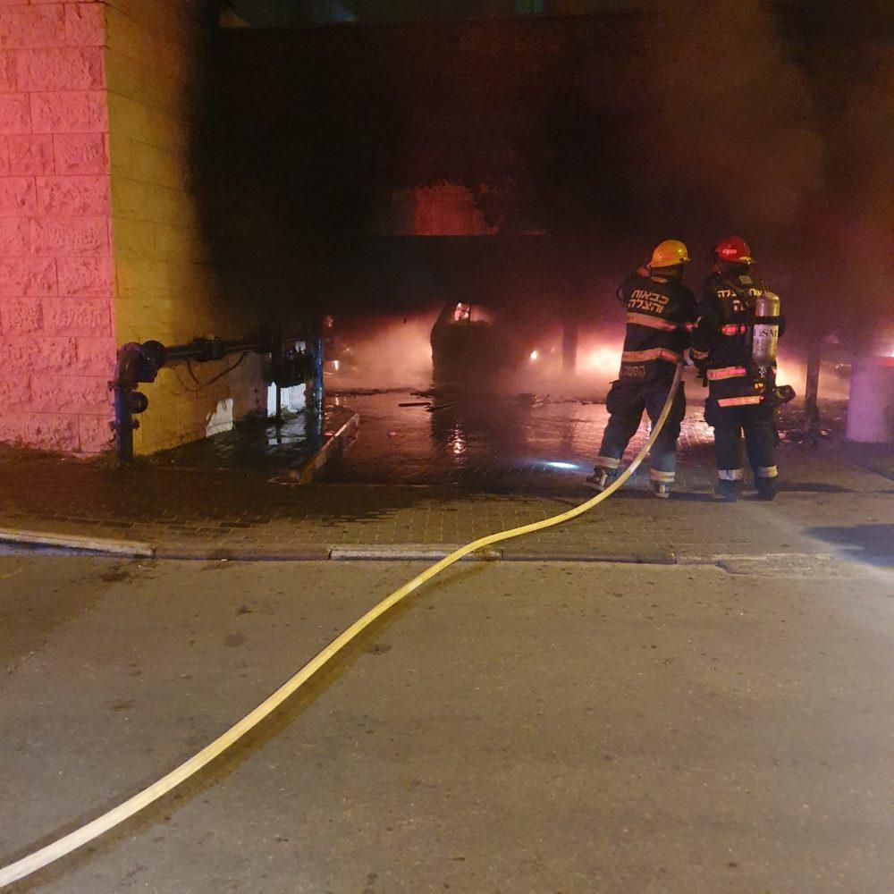חניון בער בחיפה כ-60 נפגעים משאיפת עשן   הצתה (צילום: כבאות והצלה)