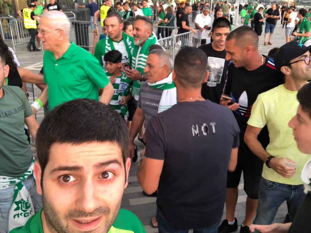 יענקלה שחר הגיע למגרש - משחק האליפות בין מכבי חיפה להפועל באר שבע (צילום: ניב בן אריה)