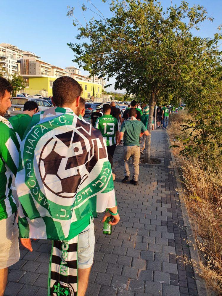 האוהדים בדרכם למשחק הגורלי בין מכבי חיפה להפועל באר שבע (צילום: אלברט עם שלם)