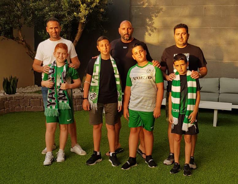משחק האליפות בין מכבי חיפה לבאר שבע - משפחת שמול מחיפה מתארגנת ליציאה למגרש (צילום: שרית שמול)