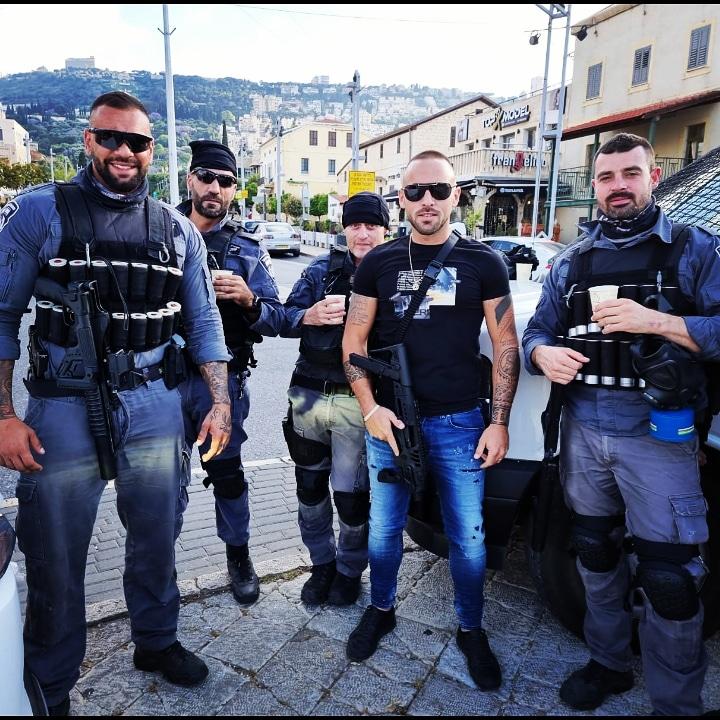 """מוריאל מזרחי ואביעד זגה - """"מלאכי כוחות הביטחון"""" אוספים מזון איכותי בחיפה ומכינים פריסה לשוטרים במוקדי המהומות בשטח (אלבום אישי)"""