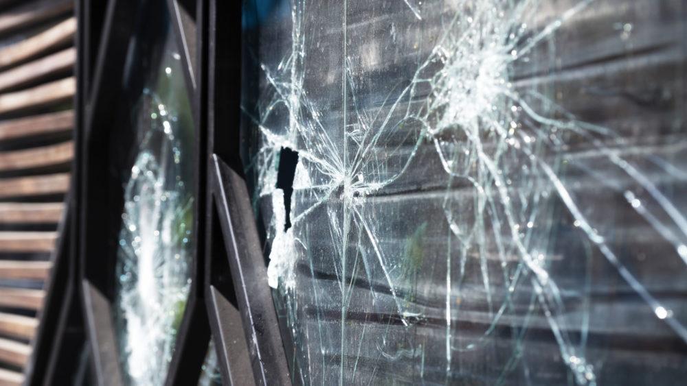 חלון שבור בהתקפת פורעים ערבים - רחוב הבנקים בחיפה (צילום: ירון כרמי)