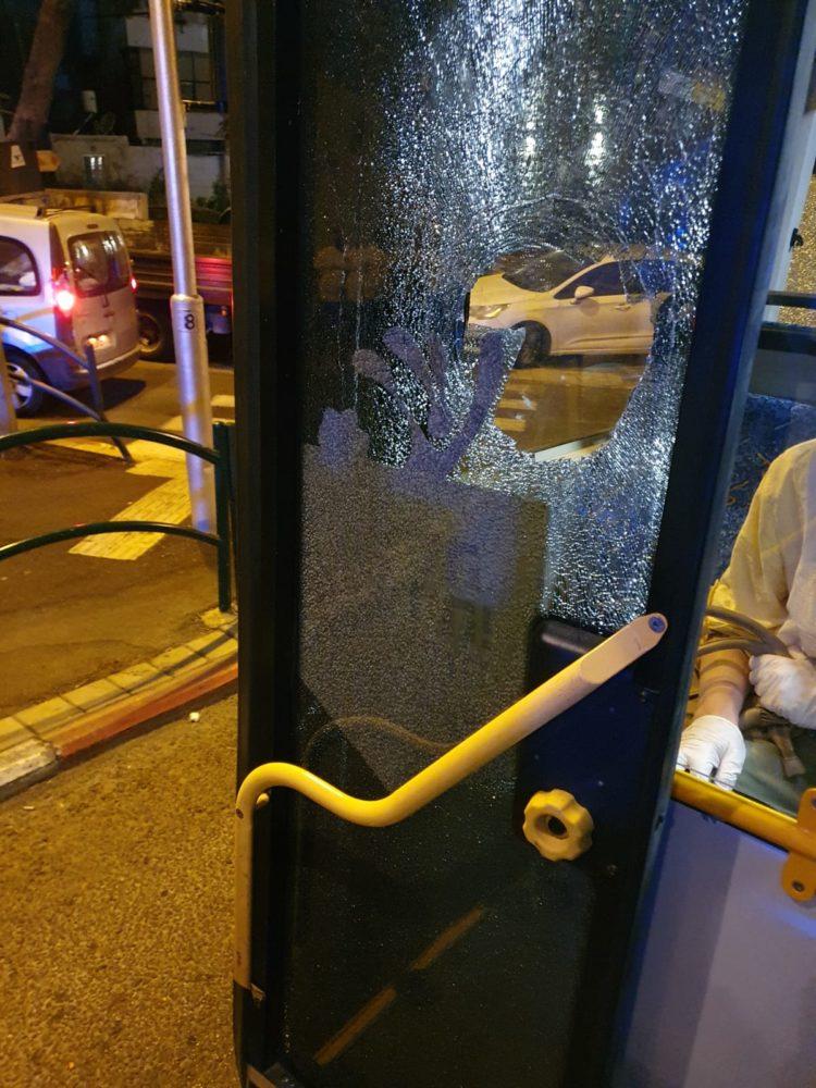 אוטובוס של אגד הותקף באבנים ברחוב שבתאי לוי (צילום: חי פה)