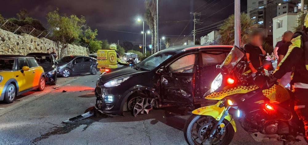 תאונת דרכים ברחוב טשרניחובסקי - רכב הקיה התנגש במכוניות חונות (צילום: אלכסנדרה שר)