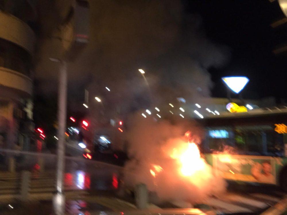תאונה בין רכב פרטי לאוטובוס בחיפה • הרכב עלה באש (צילום: כבאות והצלה)