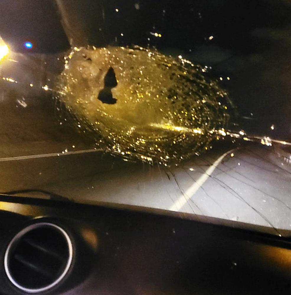זוג הורים וילדיהם הותקפו בכביש החוף מול ג'אסר א-זרקא (צילום: חי פה בשטח)