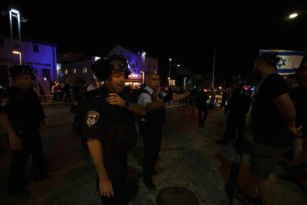 שוטרים בפעולה במהלך התפרעות פרו-פלסטינית בשדרות בן גוריון 11/5/21 (צילום: שי רגב)