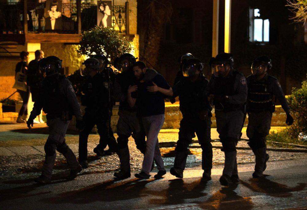 מעצר במהלך התפרעות פרו-פלסטינית בשדרות בן גוריון 11/5/21 (צילום: שי רגב)
