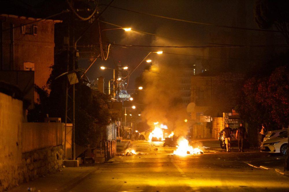 אש ברחובות חיפה במהלך התפרעות פרו-פלסטינית בשדרות בן גוריון 11/5/21 (צילום: שי רגב)
